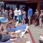 Очередь из 15 человек в пул-бар отеля Hawaii