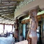Poutres statues de l'entrée du bar