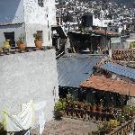 Vue sur la ville de la terrasse.