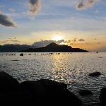 Solnedgang set fra stranden foran vores villa