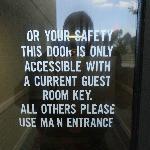 """Indication inutile sur la porte """"A"""" toujours ouverte."""