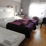 Doppelzimmer mit aufgestelltem Extrabett