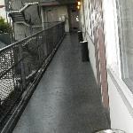 La vista del pasillo que va al elevador, tuvo mejores épocas!!!!