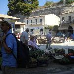 La piazza del mercato vecchio di fronte all'Hermes