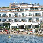 La fachada del hotel desde el mar