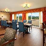 Club Lounge offers complimentary full breakfast and hor d'oeuvres daily