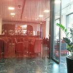 Accueil, vue sur le bar de l'hôtel
