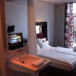 la chambre, avec un bout de salle de bain et son rideau