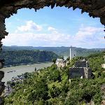 Ausblick von Burg Liebenstein aus Burg Sterrenberg und das Rheintal