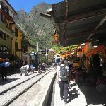 vías del tren a orillas de los bares y negocios