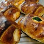 Delle cartocciata ai wurstel, spinaci, funghi, uovo o melanzane, appena uscite dal forno......