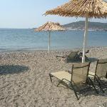 Παραλία με φόντο το Γύθειο