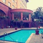 สระว่ายน้ำด้านหลังโรงแรม