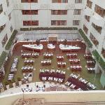 вид из окна 6-го этажа на зал для завтрака