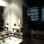 Cuarto de aseo de una habitación, con bañera.