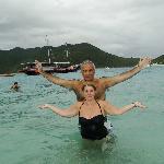 parada en una de sus playas  de arena blanca y aguas transparentes