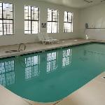 La piscine est très grande mais les réparations ne suivent pas.