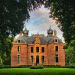 kasteel oud poelgeest van uit de bossen gezien