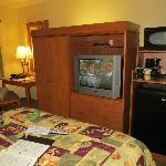 Table, luminaire / armoire, TV, frigo et four à micro-onde