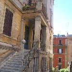entrada y patio del hotel