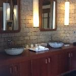 la grande salle de bains intérieure