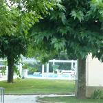Jardin y accesso protegido para niños a piscina.
