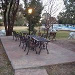 Vista de la piscina y zona de parque
