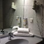 une salle de bain simple, mais très propre.