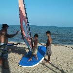les enfants apprennent la théorie sur la plage