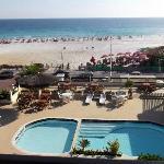 Praia e piscina vistas da varanda do quarto