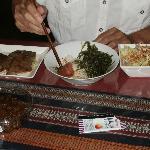 自炊した食事。石垣牛を炒めたものに、千代ちゃんの肉みそを乗せて。石垣で取れたマグロと海ブドウ丼。サラダ(購入はあしたば市場とマックスバリュー)