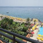 Vista de playa y piscina desde la habitación