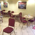 Salle à manger avec mur miroir.