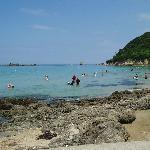 遠浅で適当な磯があり、目の届きやすい小さい子供連れには絶好の、お気に入りの浜です。