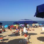 la spiaggia libera davanti agli ombrelloni (molto affollata nel weekend, come in questa foto)