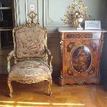 Sillón y mueble de época