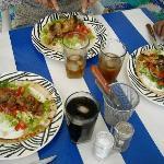 Souvlaki un alambre griego con sobre pan pita. Greek grilled meat on p