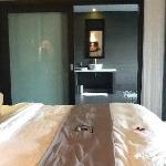 Chambre et salle de bains d'une honeymoon pool villa