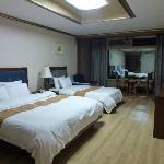 キングサイズとシングルベッド、家族で泊まりやすい