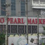 Hongqiao Pearl Market, Metro stop