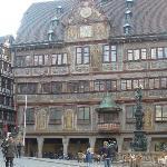 市集廣場人潮匯集,市政廳建築古色古香,是杜賓根的重要景點。