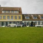Restauranten til venstre, krostuen til højre