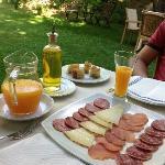 Parte del desayuno en el jardín