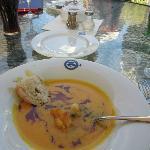 Ein sehr schmackhafte Kürbis-Suppe mit frischen Gambas