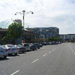 この大通りを渡るとメガモールです