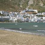 Vista di Kamares dalla spiaggia di fronte all'Hotel