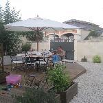 Zeer mooi aangelegde tuin met terras voor het ontbijt