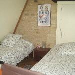 Kinderkamer met 2 aparte bedden (de deur achter de bedden is afgesloten)