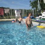 Zeer ruim zwembad, met ligstoelen en handdoeken ter beschikking. Ook tafelvoetbal en petanque.