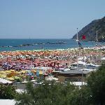 Spiaggia Gabicce con Gabicce monte